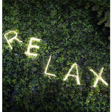 LED letters op kunstgroen