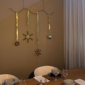 Multifunctioneel ophangframe gedecoreerd met mooie kristallen en kerstballen