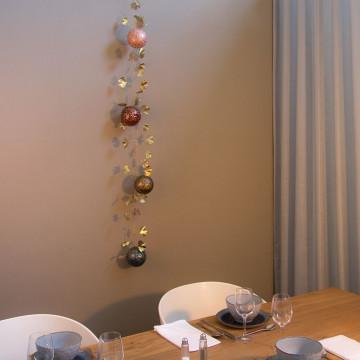Goud metalen bladerrank gedecoreerd met handgemaakte kerstballen