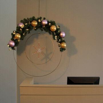 Multifunctionele cirkelset gedecoreerd met een ster,dennengroen en kerstballen