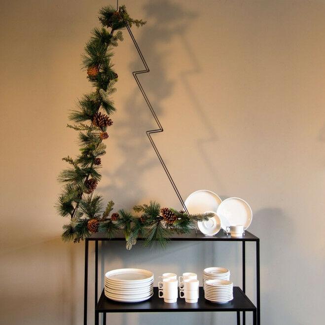 Kerstboomvorm van draad gedecoreerd met dennenrank